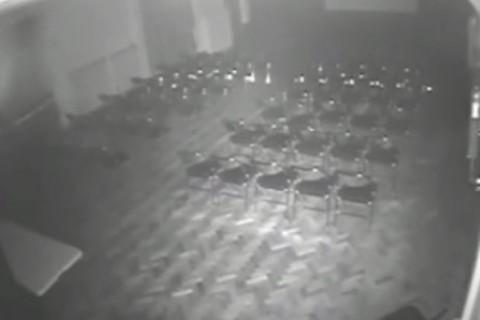 Video: Supuestos fantasmas mueven sillas y mesas en auditorio