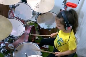 Niña impacta en redes sociales al tocar en batería el tema