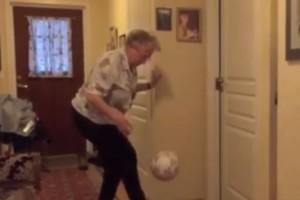 ¡Anciana de 90 años domina la pelota mejor que un futbolista!