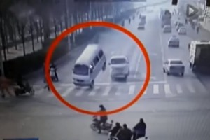¡Impactante! Autos levitan inexplicablemente en las calles de China