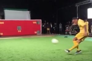 Neymar presume de su puntería con genial rabona