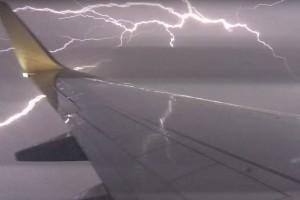 Increíble tormenta eléctrica captada desde un avión
