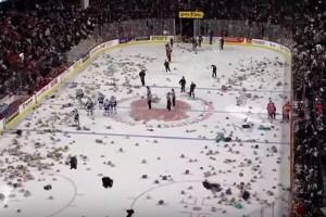 Lluvia de osos de peluche en partido de Hockey sobre hielo