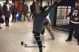 Mujer la rompe bailando con una sola pierna