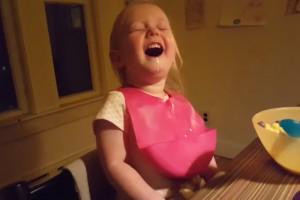 Niña es furor en internet por su tierno ataque de risa