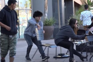 Broma de correr la silla la rompe en Youtube