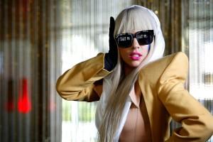 Lady Gaga impacta con extraño look en desfile de modas