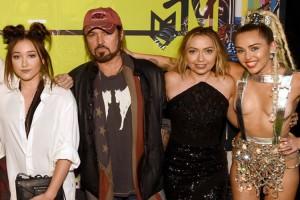 Otra más en la dinastía: Hermana chica de Miley Cyrus lanzó su primer single