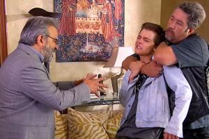 Alberto amenaza con una pistola a Julián