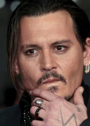 ¡No para! Johnny Depp compró millonario sofá de Kim Kardashian como regalo de cumpleaños