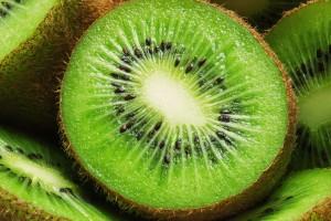 El kiwi y otros alimentos que potencian nuestro sistema inmune