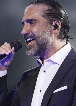 ¿Se pasó de copas? Alejandro Fernández casi vomita en pleno concierto