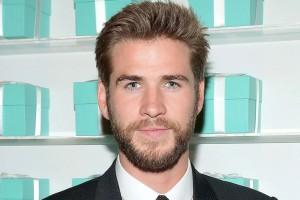 Liam Hemsworth luce idéntico a su padre