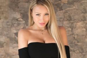 Daniella Chávez es vocal de mesa y comparte sensual fotografía