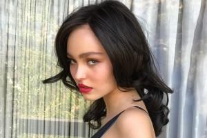 Hija de Johnny Depp realiza atrevida fotografía en topless