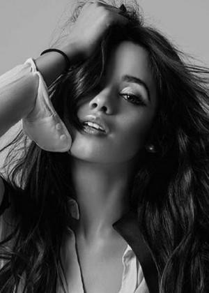 Camila Cabello sorprende con sensual video