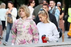 [VIDEO] Justin Bieber sorprende a su novia con una serenata en una concurrida calle de Londres