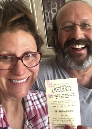 Familia encontró un boleto ganador de la lotería haciendo aseo