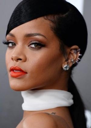 Rihanna revoluciona las redes sociales con sensual vestido